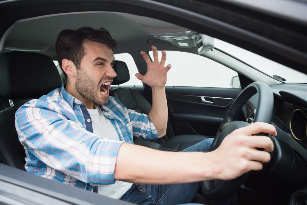 Во время проверки электрокоммуникаций разгневанный хозяин частного дома пытался на автомобиле раздавить контролеров-энергетиков