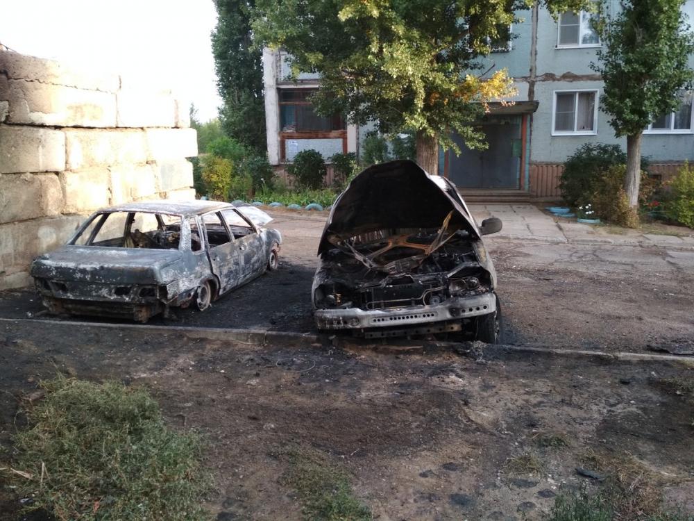 Минувшей ночью на улице Базарова в Камышине на парковке у дома сгорели сразу три автомобиля