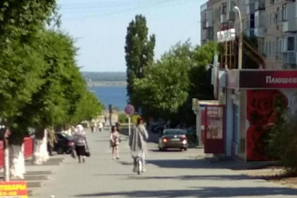 В Камышине по улице Ленина катается девушка «на колесе»