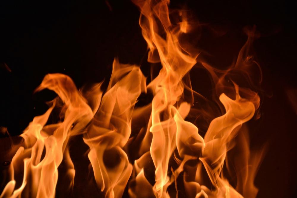 На стоянке у Камышинского завода СМИ в промзоне сгорел дотла «Фольксваген»