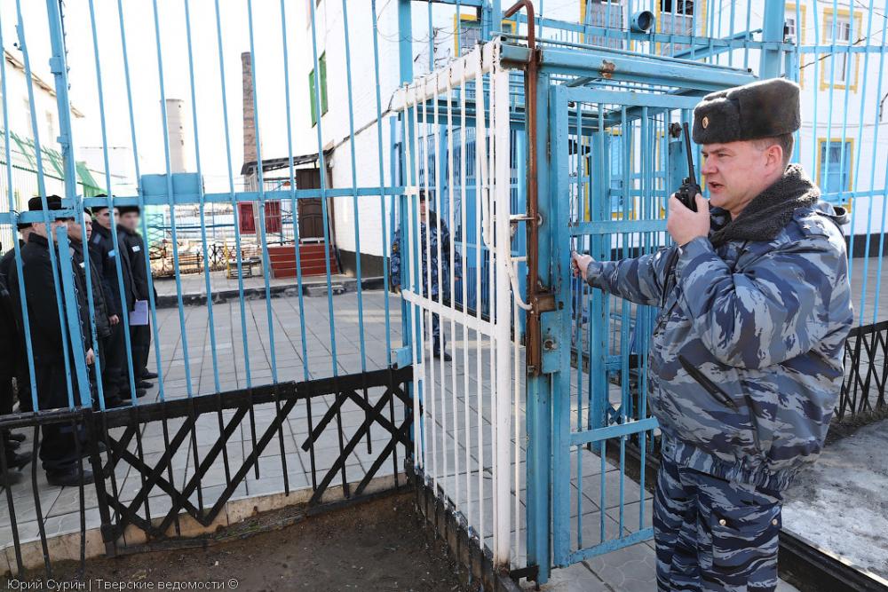 Наркокурьер, задержанный у входа в исправительную колонию Камышина, пытался проглотить пакетик с анашой