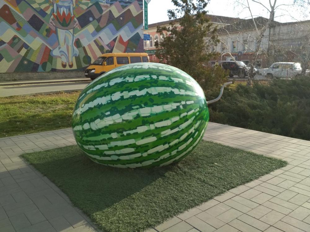 К памятнику камышинскому Арбузу на улице Пролетарской приделали новый хвостик, хотя и не такой кокетливый, как прежний