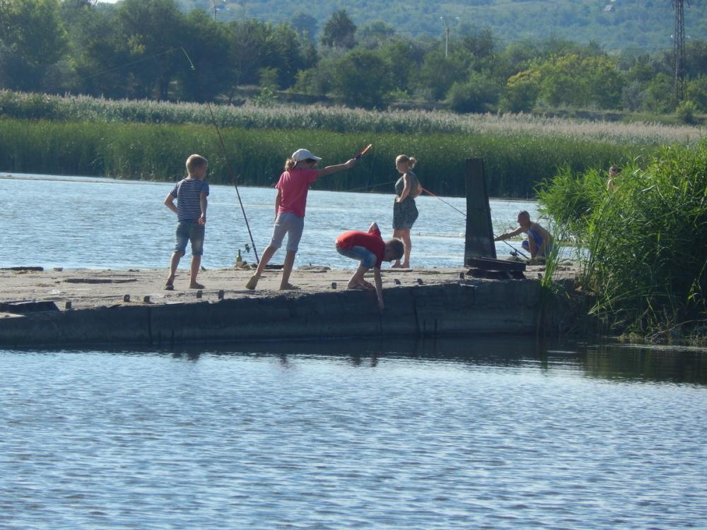 Опасное место для рыбалки и купания выбрали для себя мальчишки на затопленной барже в Камышине