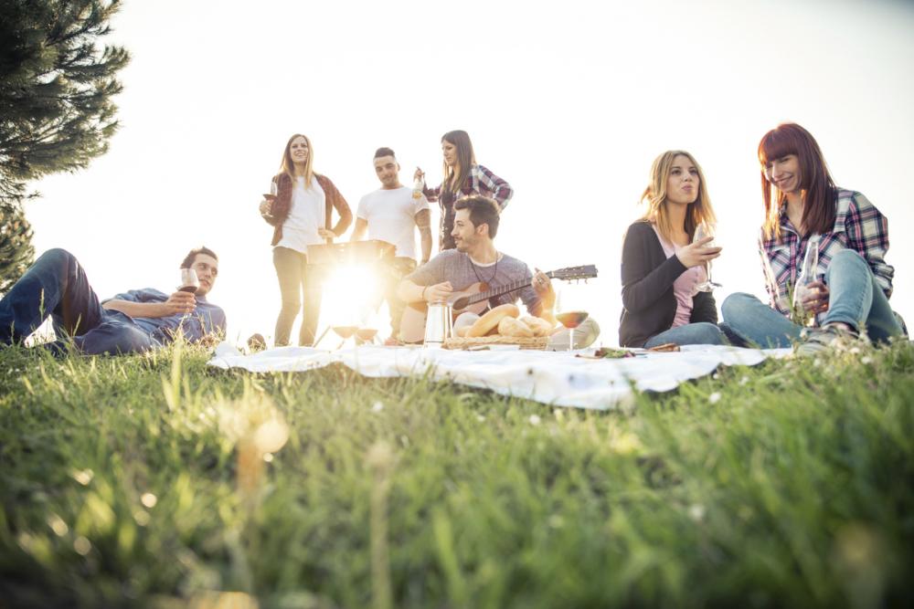 Группа энтузиастов приглашает творческих камышан сегодня, 12 июня, вечером посидеть на траве на набережной, поговорить, послушать музыку