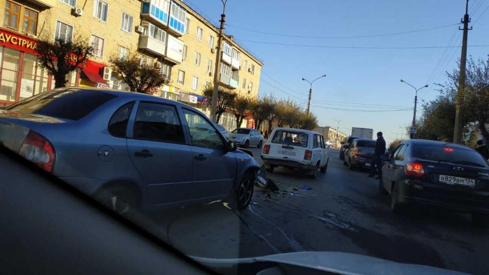 Из-за аварии в центре  Камышина образовалась пробка в два ряда