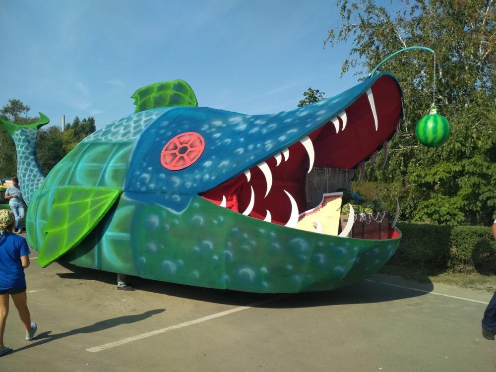 В формирующейся колонне камышинского фестиваля замечен зубастый крокодил, клюющий на арбуз