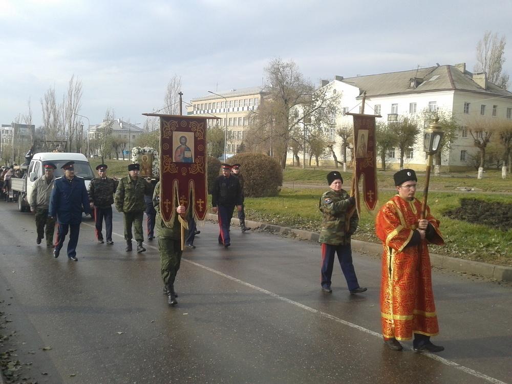Крестный ход в Камышине возвел в ранг курьеза памятник святому на Комсомольской площади