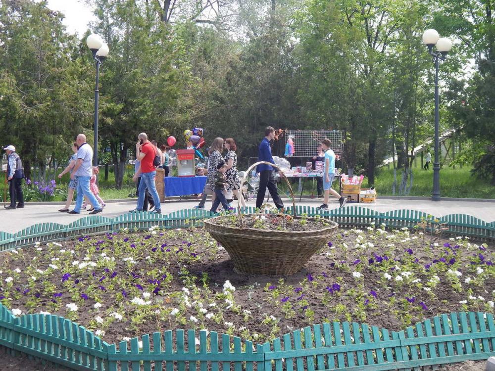 В Камышине у входа в парк Комсомольцев-добровольцев вместо Ленина появилась громоздкая корзина