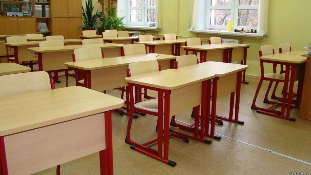 Администрация  камышинской школы №17 временно перевела замерзающих первоклассников в более комфортное помещение и рассчитывает утеплить холодный класс к концу недели