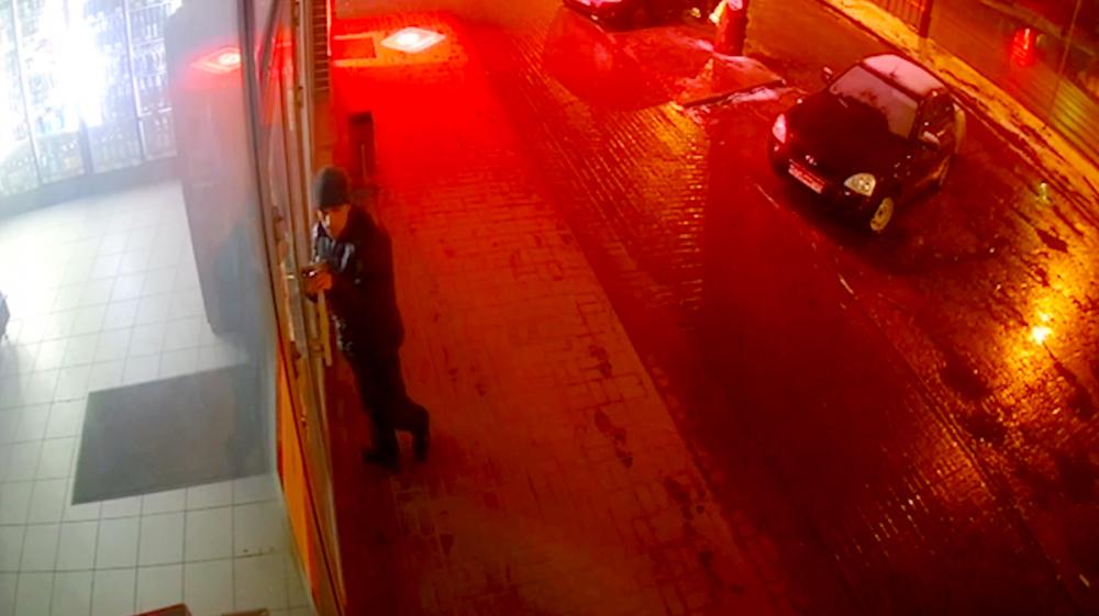 Непохмелившийся «налетчик» крушил двери в магазине, расчищая путь к пиву