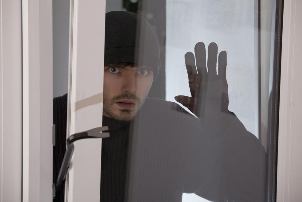 В Камышине юные грабители ворвались через окно в квартиру и унесли деньги и гаджеты