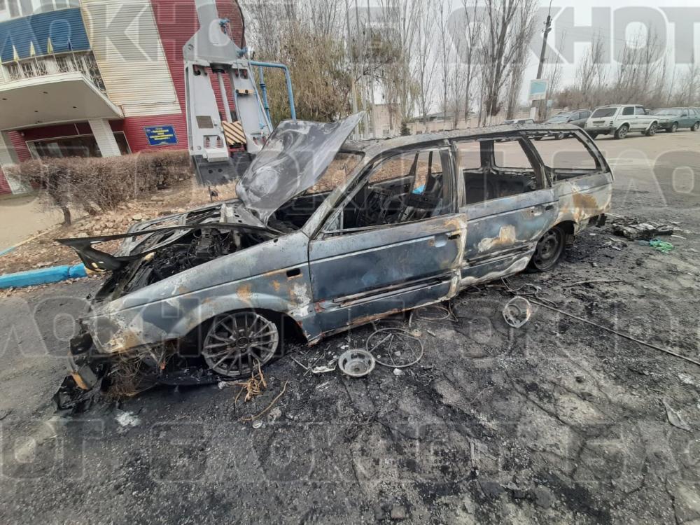 От полыхнувшего «Фольксвагена» на парковке у камышинского завода СМИ остался только уродливый остов