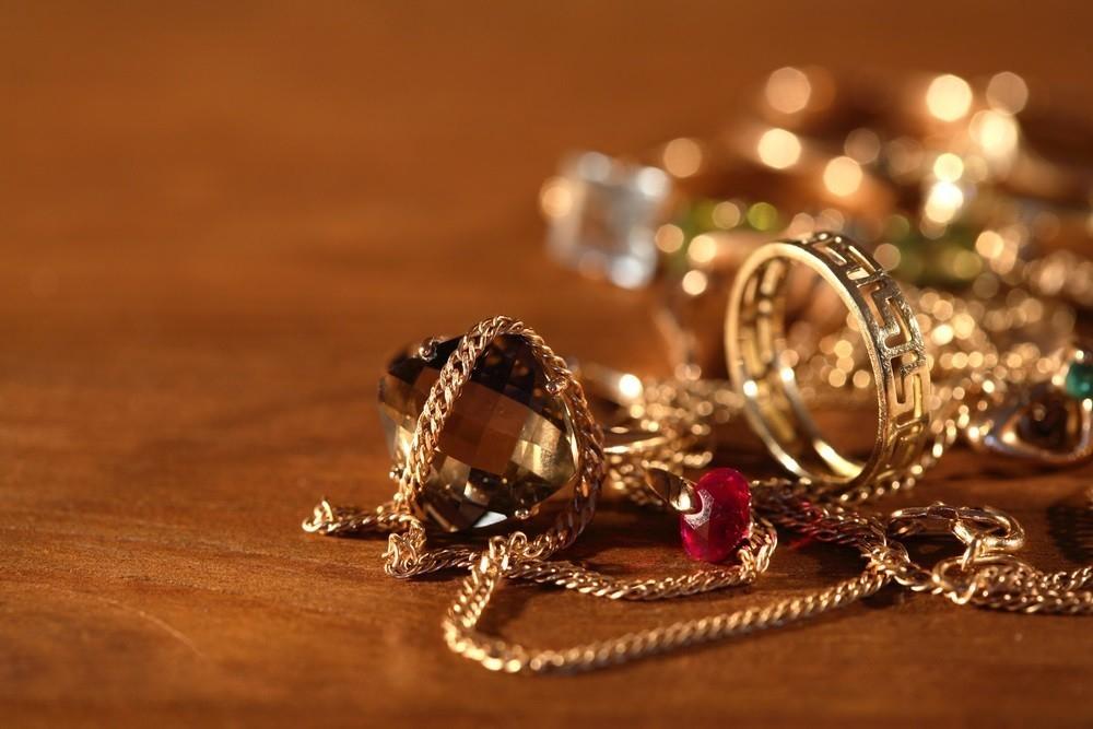 «Милый» знакомый вор «позаимствовал» целую ювелирную коллекцию у камышанки