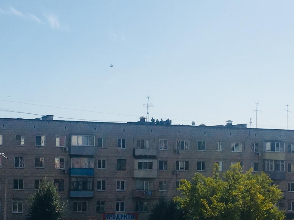 В Камышине приступили к латанию дыр на крыше дома
