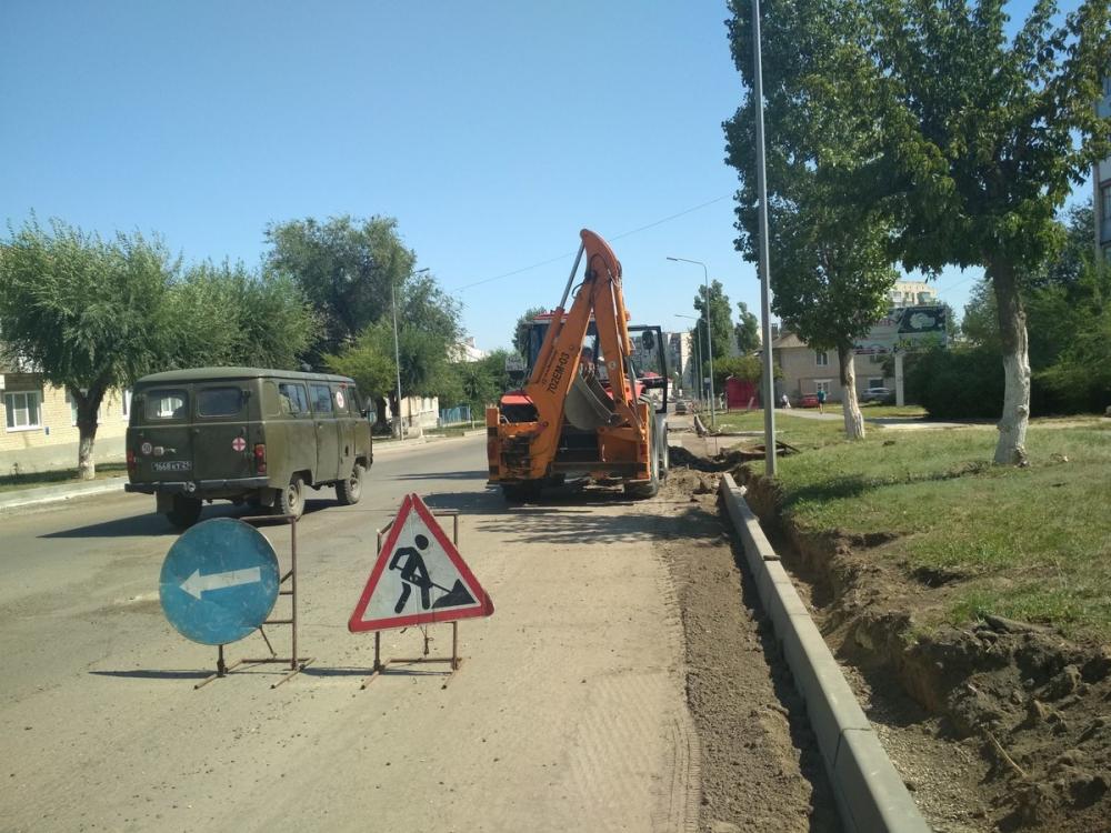 В Камышине на улице Волгоградской идет установка бордюрного камня