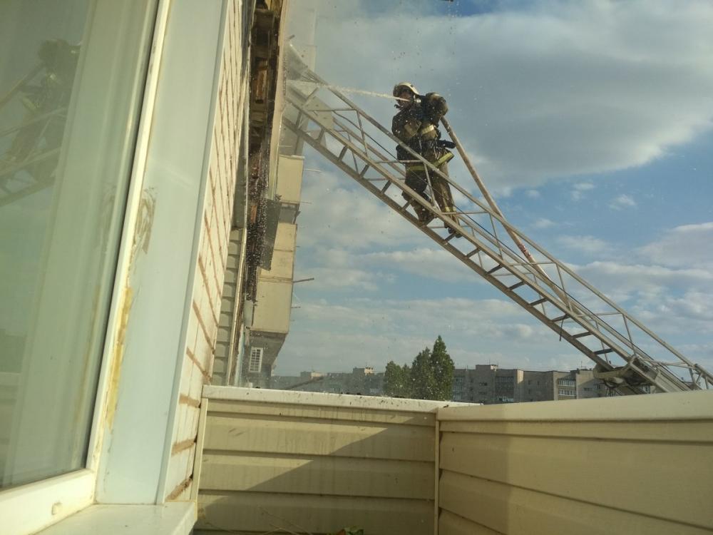 В охваченной пламенем и дымом квартире в высотке по улице Базарова началась операция по тушению пожара
