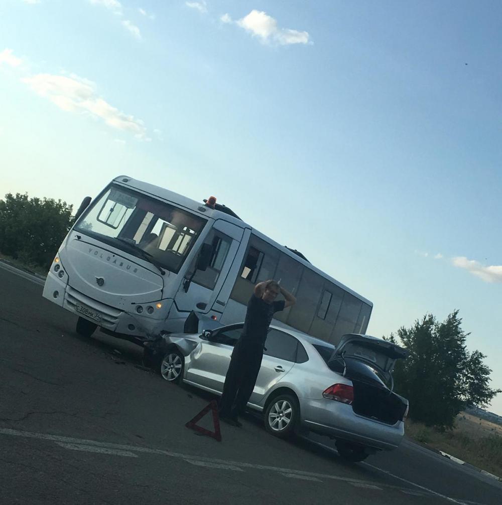На выезде из Камышина случилась авария с участием автобуса и иномарки