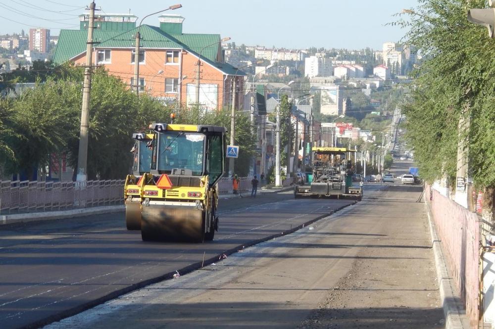 Подрядчик властей Камышина, наконец, приступил к покрытию улицы Пролетарской новым асфальтом