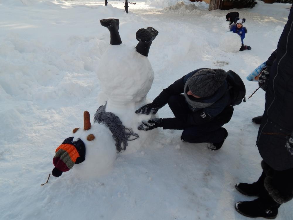 В Камышинском парке снеговики «позировали» стоя, лежа и на голове!