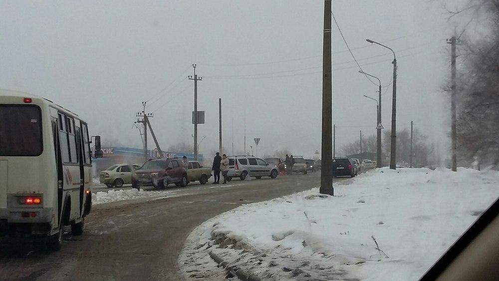 В Камышине из-за ДТП на время оказался затруднен проезд на спуске-подъеме у межрайбазы
