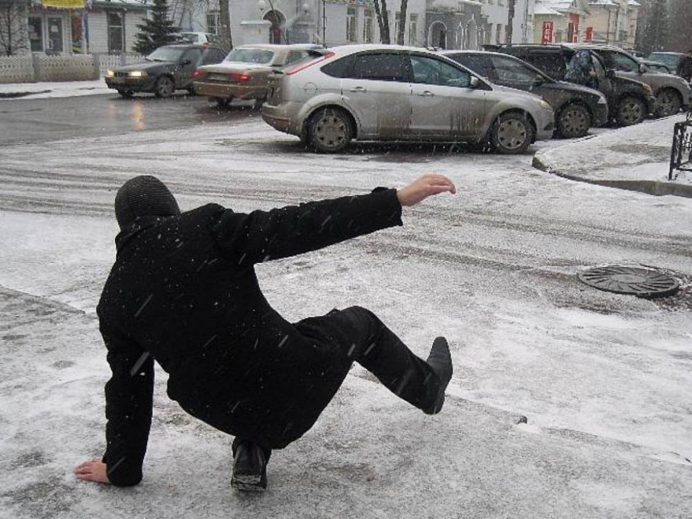 Камышане начали ломать руки и ноги на скользких тротуарах