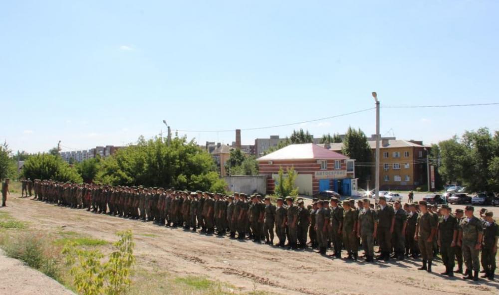В Камышине на перроне торжественно и радушно встретили воинский эшелон с десантниками, вернувшимися из длительной командировки