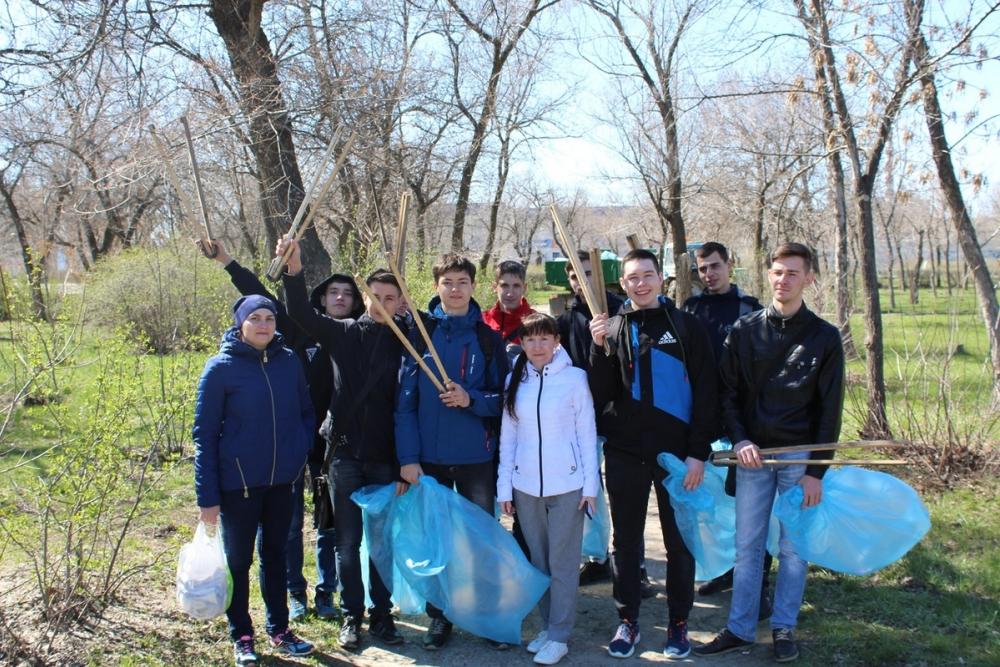 Студенты Камышинского технологического института собрали «вагоны» мусора в парке Текстильщиков и вместе с волонтерами очистили берег Камышинки
