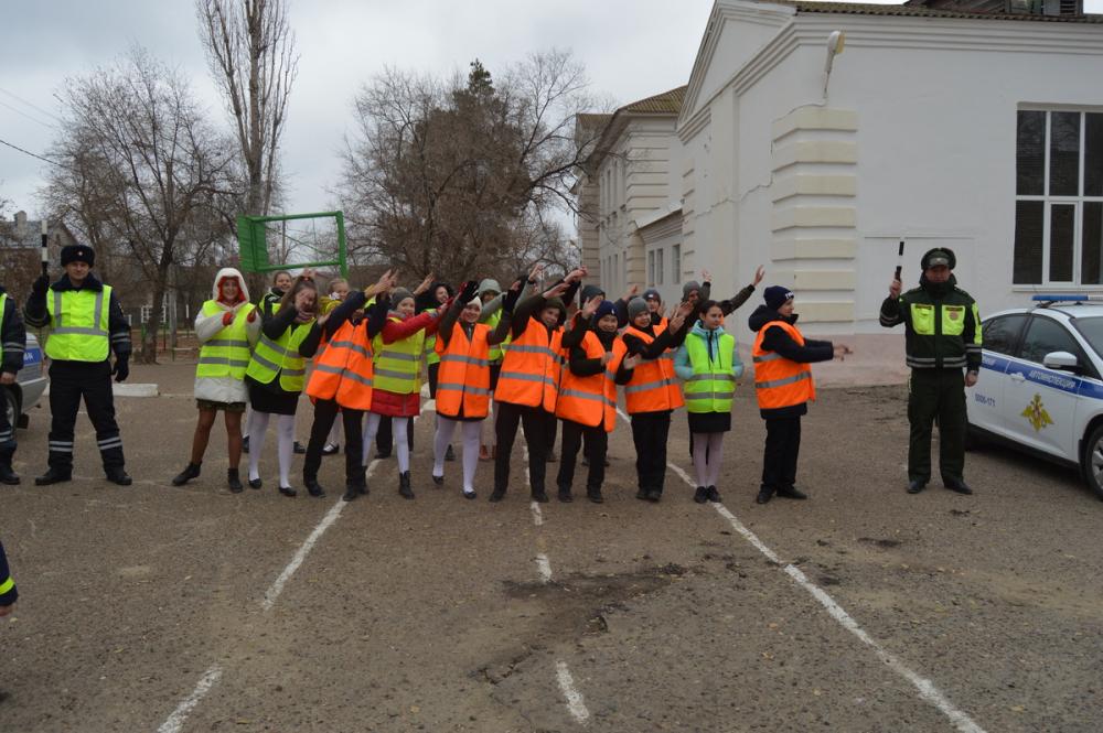 По какому поводу камышинские школьники танцевали в оранжевых жилетах