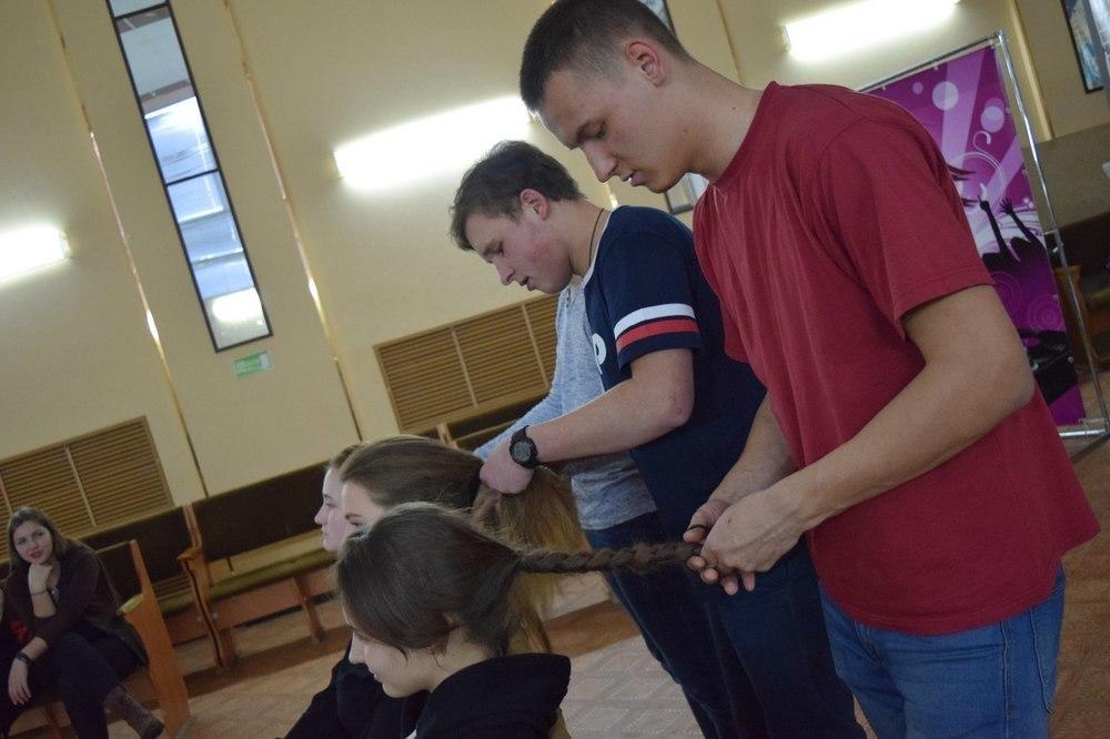 В Камышине в лагере «Солнечный» будущие вожатые учатся танцевать, петь, проводить линейки и... заплетать косы