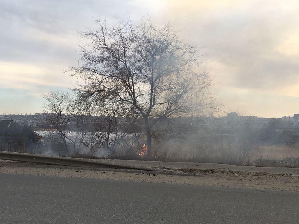 В Камышине огонь добрался от элеватора до дороги на Рязано-Уральской, пока не удается потушить полыхающую траву