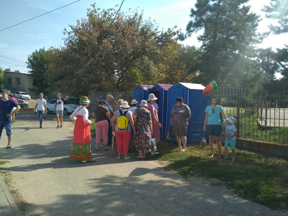В Камышине уже с начала праздника, на котором гостей кормят арбузами, к переносным туалетам выстроились очереди