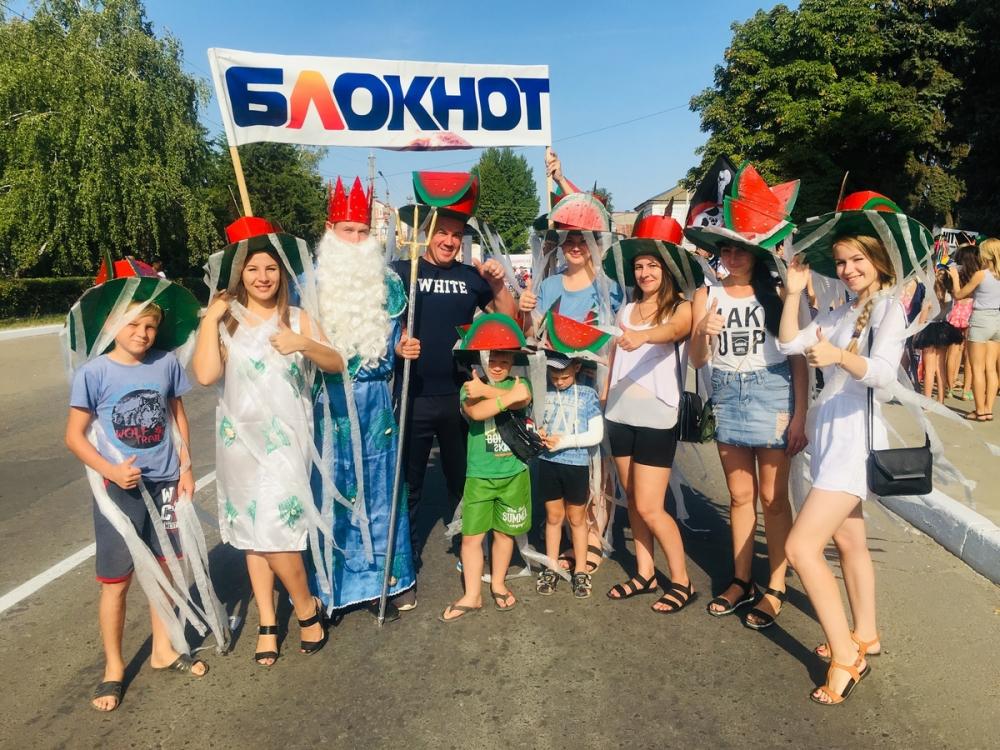 На Арбузном фестивале «Блокнот Камышина» первым из редакционных коллективов города пройдет в колонне карнавала