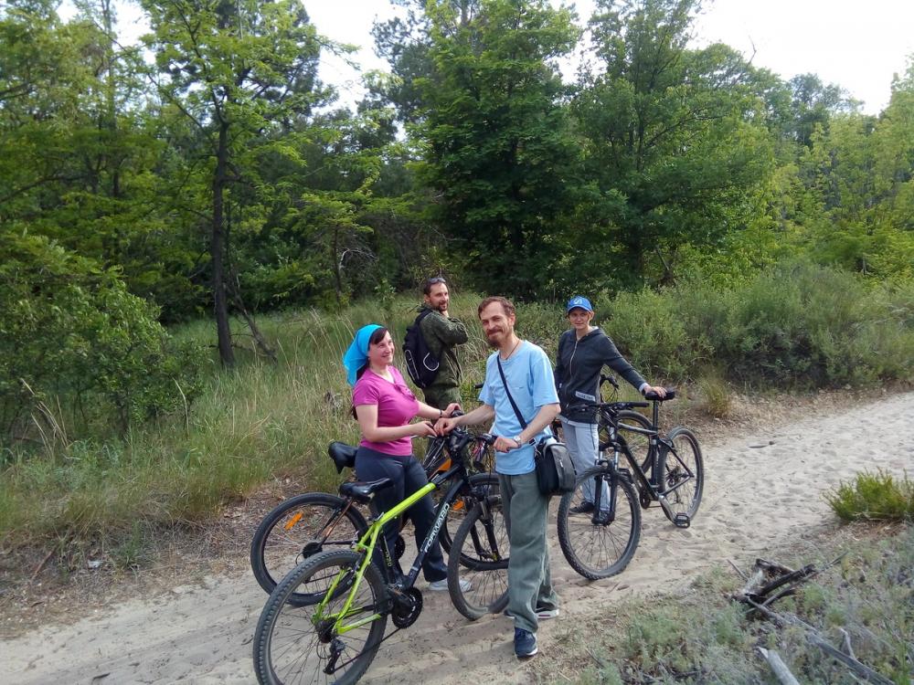 Настоятель воинского храма-часовни Камышина отец Георгий отправился утверждать здоровый образ жизни велопрогулкой