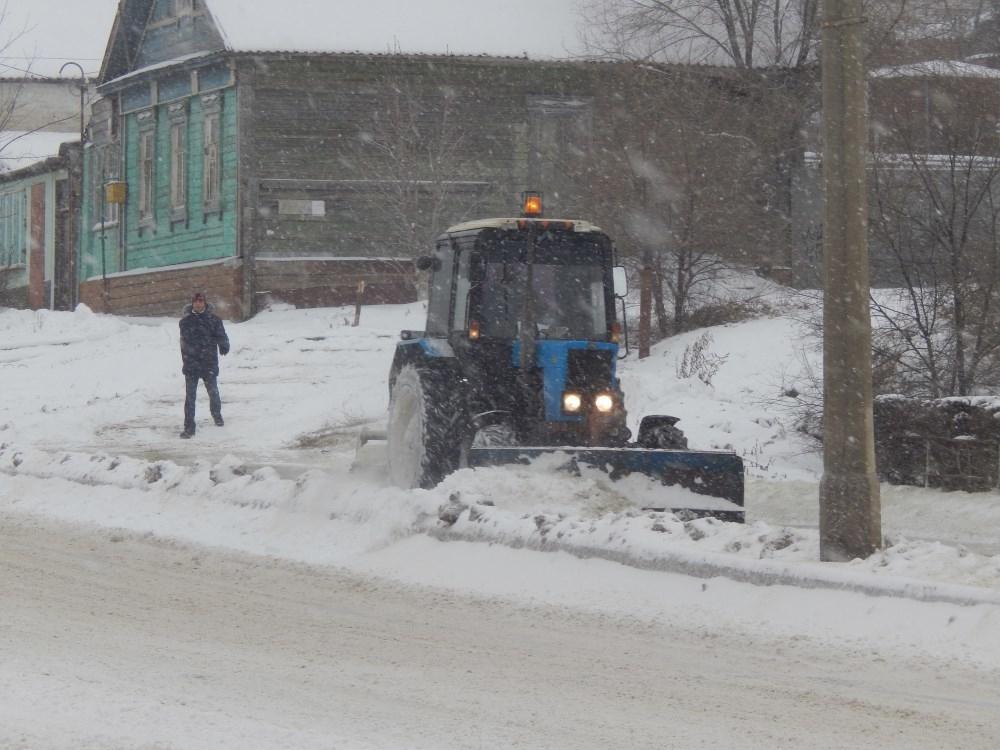 В Камышине снегоуборочная техника пока сосредоточилась на центральных улицах, «задворки» города «откапываются» сами