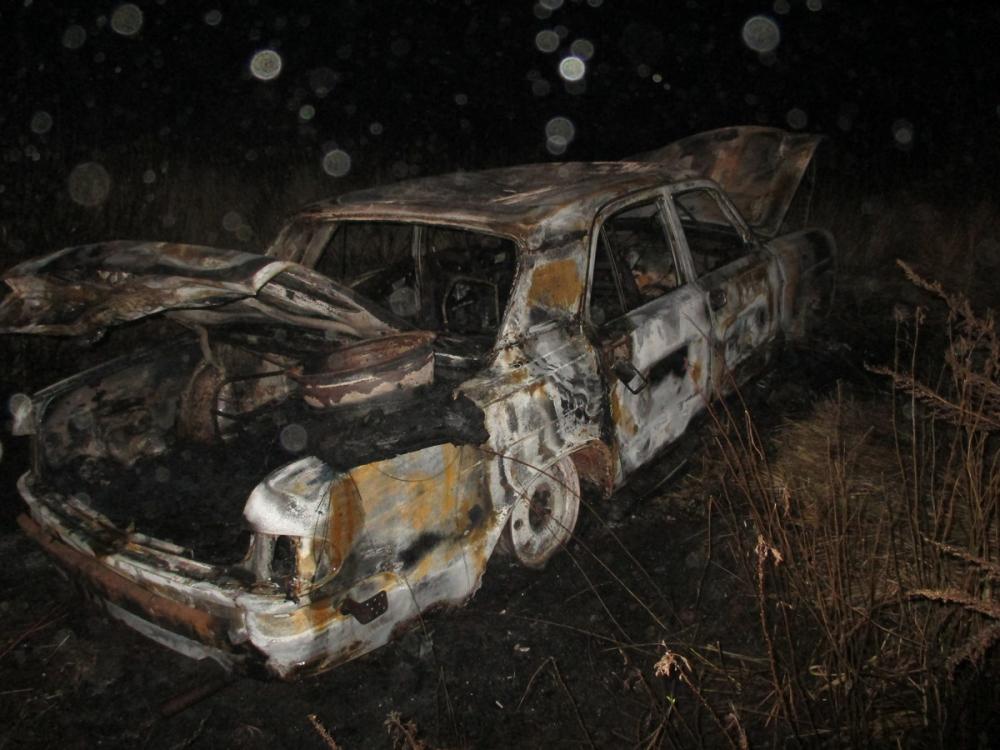 В Камышинском районе парни 19 и 17 лет украли автомобиль, но по дороге обрушили его в кювет, где машина сгорела