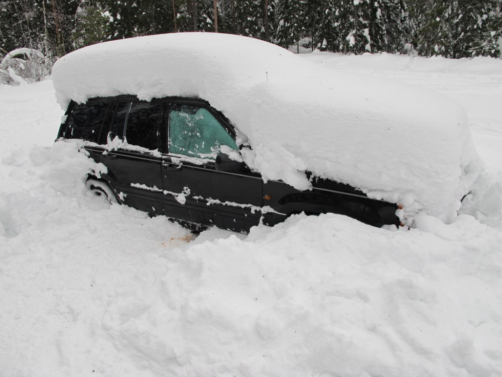 Пенсионер бросился откапывать свою машину из-под снега, не рассчитал силы и умер