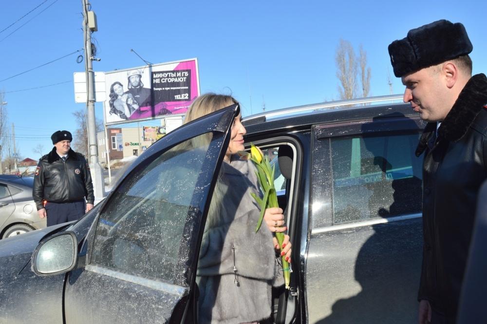 В Камышине женщины-водители с легким сердцем тормозили по приказу дорожных полицейских на Комсомольской площади