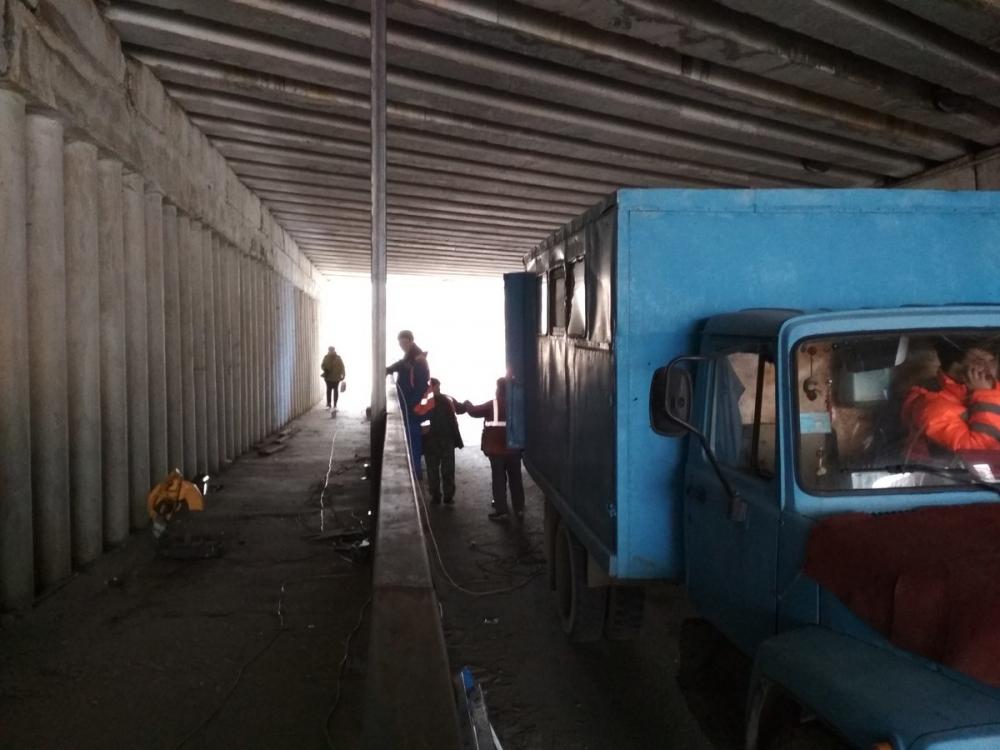 В Камышине взялись, наконец, за ремонт отваливавшейся обшивки путепровода на улице Некрасова
