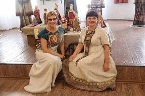 В Саратове проходит выставка художниц из Камышина и Москвы Елены Вернидубовой и Ксении Дмитриевой «Авторский костюм и текстильная кукла»