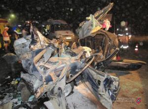 Водитель, молодая женщина и две девочки 5 и 7 лет погибли на месте кошмарного ДТП, превратившего автомобиль несчастных в груду металла