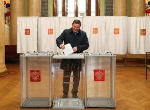 В Волгограде губернатор Андрей Бочаров стал первым избирателем на участке в планетарии