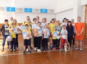 На пути к победе в конкурсе камышинских спортивных семей папы, мамы и дети-школьники бегали в ластах, забивали мячи и носились на скейтах