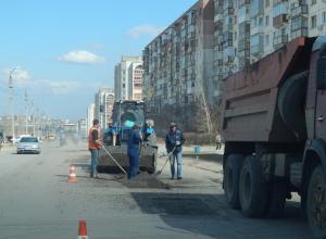 В Камышине заметна динамика в ямочном ремонте дорог: бригады вышли на улицу Маресьева