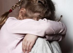 В присутствии гостей дочка призналась маме в том, что отчим неоднократно насиловал ее