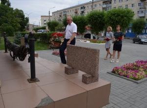 Пресс-служба администрации Камышина распространила фото главы города, возлагающего в одиночестве цветы к мемориалу Героя России