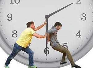 Стрелки часов жители Камышина переводить не будут