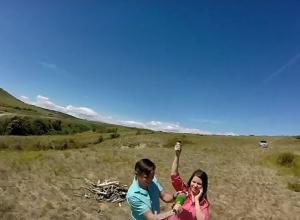 Молодая камышинская пара уединилась в парке «Щербаковский», чтобы  надышаться красотой съемок и разбрызгать на счастье шампанское