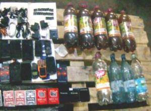 В Камышине сотрудники колонии пресекли попытку доставки запрещенных предметов в бочках с двойным дном