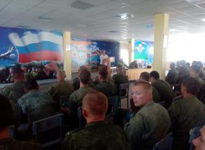 Сотрудники ОГИБДД весьма в тему поговорили с десантниками о скоростях и безопасности пересечения перекрестков на улицах Камышина