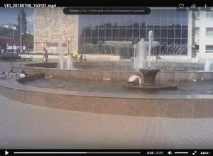В Камышине в жару мальчишки облюбовали для купания фонтан у ДК «Текстильщик»